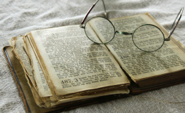 "Bibel lesen, Brille <span class=""fotografFotoText"">(Foto:&nbsp;Bernhard&nbsp;Nauli)</span><div class='url' style='display:none;'>/kg/gaechlingen/</div><div class='dom' style='display:none;'>evang-amriswil.ch/</div><div class='aid' style='display:none;'>369</div><div class='bid' style='display:none;'>3681</div><div class='usr' style='display:none;'>37</div>"