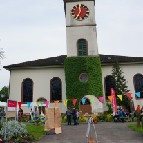 Streetfood, farbige Kirche (Werner Näf)<div class='url' style='display:none;'>/kg/gaechlingen/</div><div class='dom' style='display:none;'>ref-sh.ch/kg/gaechlingen/</div><div class='aid' style='display:none;'>5040</div><div class='bid' style='display:none;'>53309</div><div class='usr' style='display:none;'>44</div>